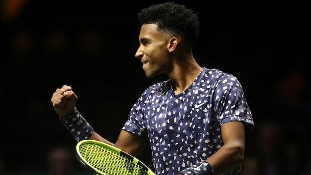 Le joueur de tennis Félix Auger-Aliassime célèbre en serrant le poing.