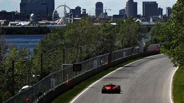 Une Ferrari sur la piste lors d'une séance d'essais à Montréal en 2019.