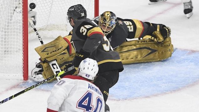 L'attaquant du Canadien regarde la rondelle rentrer dans le filet adverse, pendant que le gardien des Golden Knights fait le grand écart.