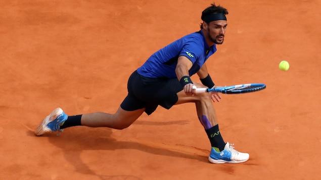 Fabio Fognini renvoie la balle à Rafael Nadal, en demi-finale du Masters de Monte-Carlo.