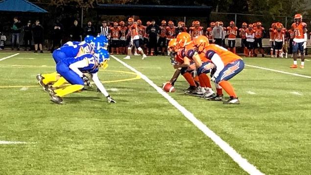 Les deux équipes sont face à face, accoupies, prêt à démarrer le jeu.