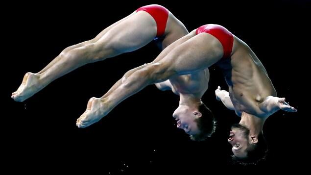 Philippe Gagné et François Imbeau-Dulac en plein plongeon aux Jeux du Commonwealth durant l'épreuve synchronisée au tremplin de 3 mètres