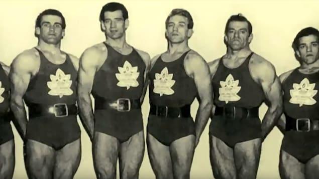 Six hommes posent dans une tenue sportive