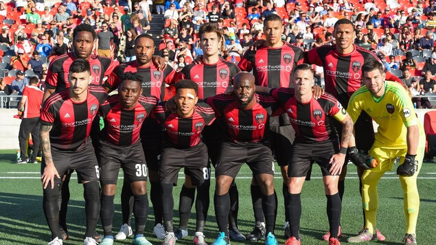 Les joueurs du Fury FC d'Ottawa posent pour un photographe avant une rencontre à la Place TD