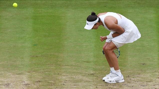 L'Espagnole Garbine Muguruza célèbre après avoir gagné la 1re manche de la finale de Wimbledon 2017.