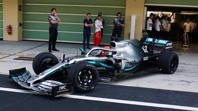 George Russell sort d'un garage du circuit d'Abou Dhabi au volant de la Mercedes-Benz W10 chaussée de pneus à jante de 18 pouces.