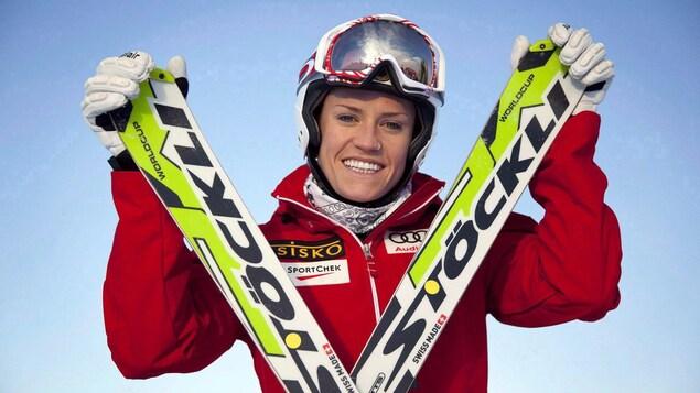 Georgia Simmerling sourit à la caméra avec ses skis. Elle a laissé les pentes pour l'ovale du cyclisme sur piste, après un terrible accident en ski-cross.