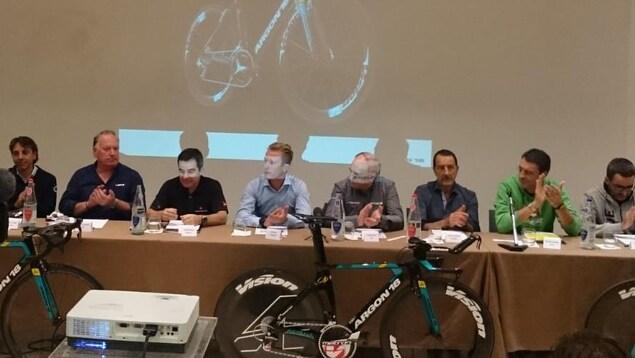 Gervais Rioux (3e à gauche) assis aux côtés d'Alexander Vinokourov (chemise pâle), champion olympique sur route en 2012 et gagnant du Tour d'Espagne en 2006.