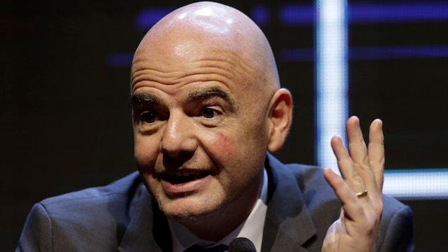 Le président de la FIFA, Gianni Infantino, en conférence de presse, répond à une question d'un journaliste.