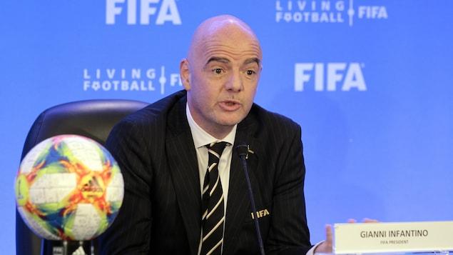 Gianni Infantino s'adresse aux médias pendant une conférence de presse à Miami, en marge d'une rencontre du conseil de la FIFA.