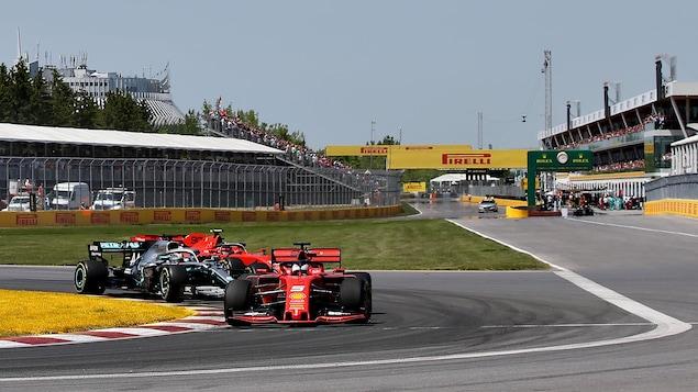 Sebastian Vettel, dans sa Ferrari rouge, mène le peloton.