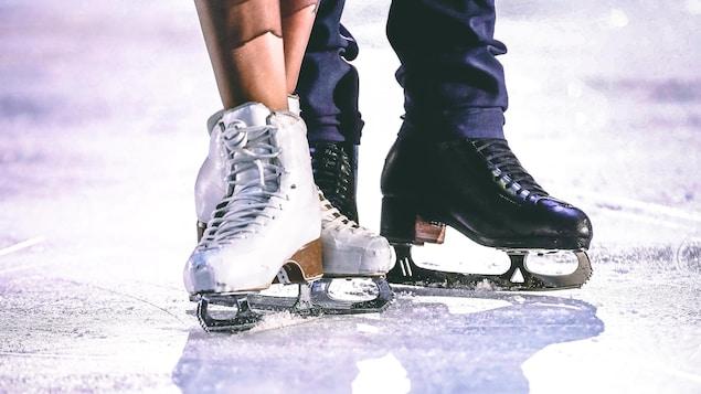 Gros plan des pieds de deux patineurs artistiques, patins aux pieds