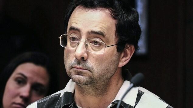 Larry Nassar écoute un témoin lors de son enquête préliminaire.