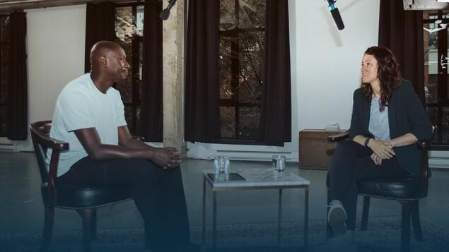 Assis face à face, un homme et une femme discutent.