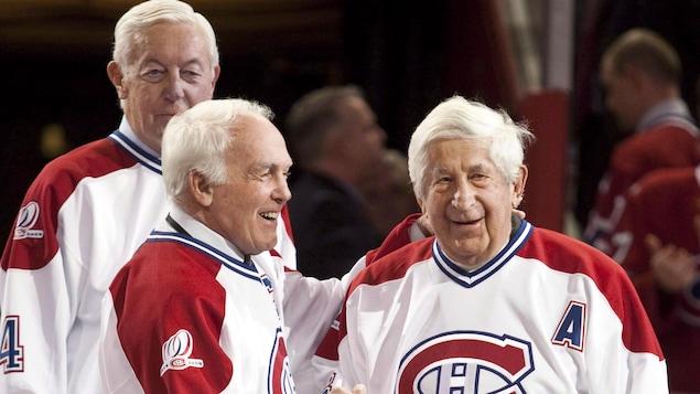 Henri Richard donne la main à Elmer Lach, devant Jean Béliveau, lors des célébrations du centenaire du Canadien en 2009