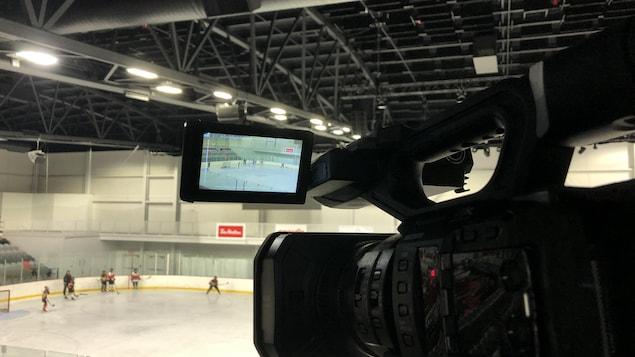 Une caméra filme de jeunes hockeyeurs à l'entraînement.