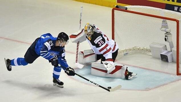 Le Finlandais Kaapo Kakko sur le point de battre de vitesse le gardien canadien Matt Murray