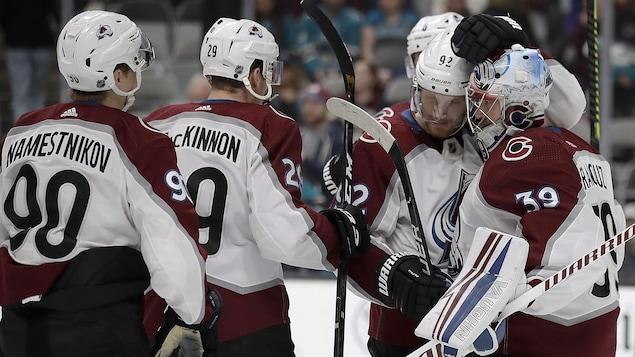 Les joueurs se félicitent après une rencontre.