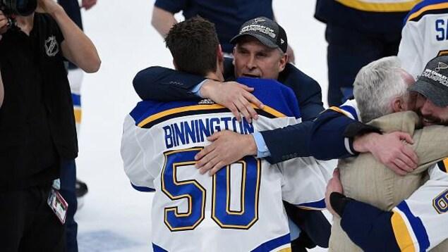 Jordan Binnington dans les bras de celui qui lui a fait confiance à la mi-saison, l'entraîneur-chef Craig Berube