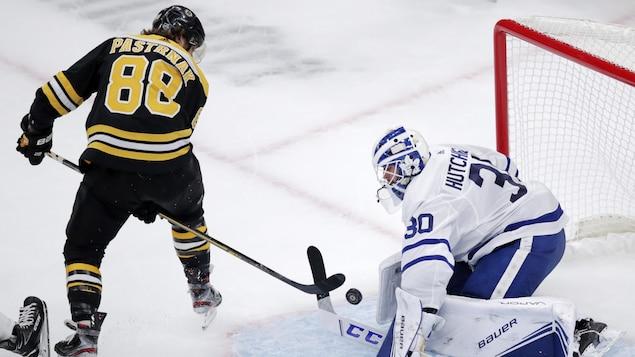 Il marque du revers entre ses jambes contre le gardien des Maple Leafs.