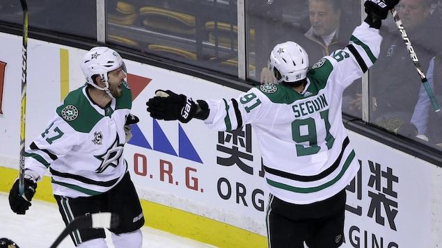 Tyler Seguin (à droite) célèbre son but gagnant contre les Bruins de Boston avec son coéquipier des Stars de Dallas Alexander Radulov.