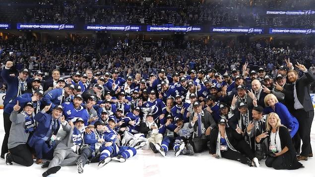 Les joueurs et les dirigeants du Lightning de Tampa Bay posent avec la Coupe Stanley.