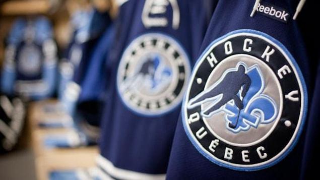 Le logo de Hockey Québec sur des chandails de l'équipe provinciale.
