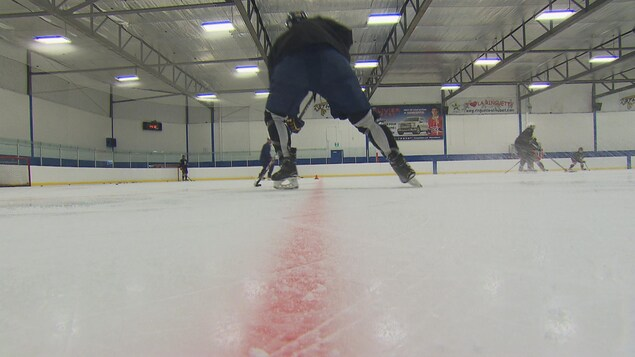 Un joueur de hockey en action