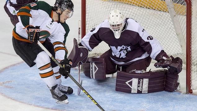 Un joueur de Trois-Rivières tente de déjouer un gardien.