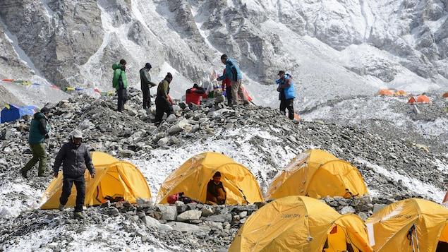 Un campement népalais, en route vers le sommet de l'Everest.
