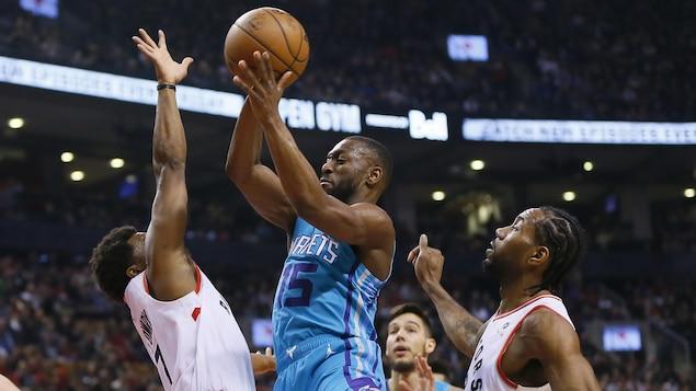 Le joueur des Hornets Kemba Walker tente une percée au panier contre les Raptors.