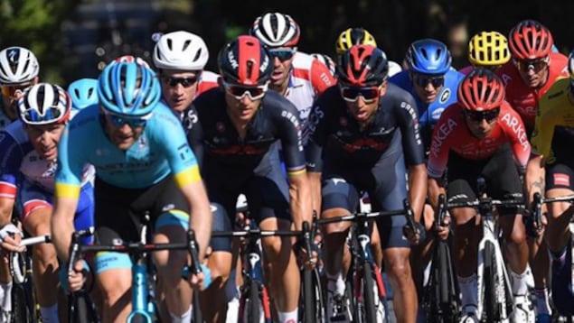 Hugo Houle devant ses adversaires au Tour de France.