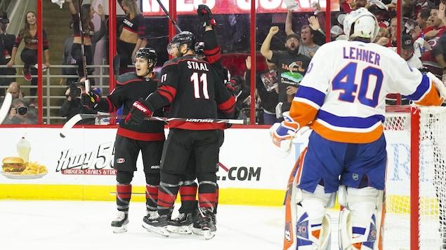 Les Hurricanes célèbrent un but marqué contre les Islanders.