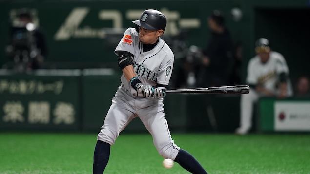 Ichiro Suzuki a été acclamé par les partisans japonais lors du match d'ouverture de la saison à Tokyo.