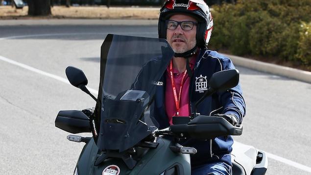 Il roule à moto.