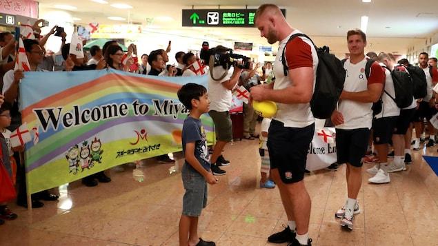 Les joueurs anglais sont accueillis à l'aéroport à leur arrivée au Japon pour la Coupe du monde de rugby.