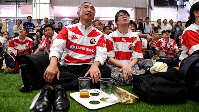 Le public japonais dans une place publique de Tokyo regarde sur un écran géant la Coupe du monde de rugby en 2019