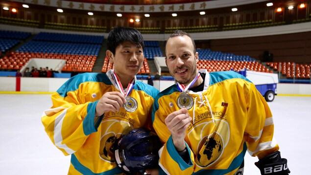 Jean-Marie Larochelle (à droite) avec un joueur nord-coréen
