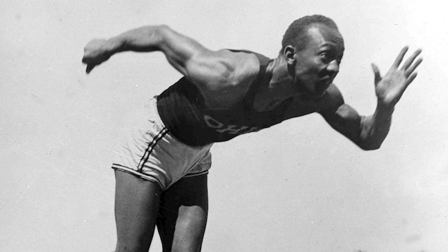 Jesse Owens avec le maillot de l'Université d'État de l'Ohio en 1936