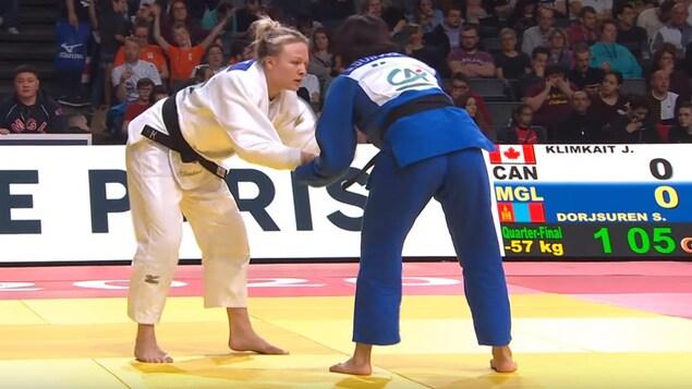 Elle agrippe son adversaire pendant un combat.