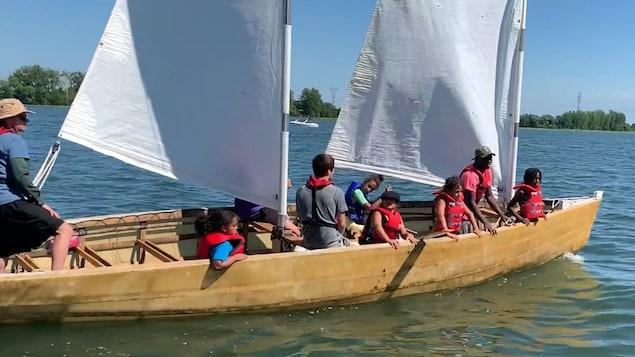 Des jeunes naviguent sur le fleuve Saint-Laurent