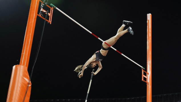Alysha Newman a établi un nouveau record canadien au saut à la perche grâce à un bond de 4,75 m.
