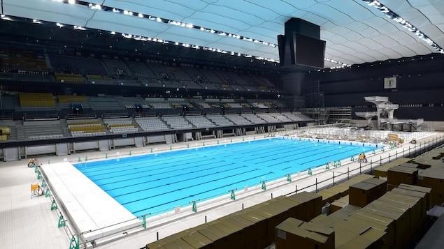 Vue des estrades, des bassins et des tremplins du centre aquatique olympique de Tokyo