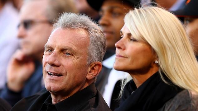 Un homme et une femme regardent une partie de football.