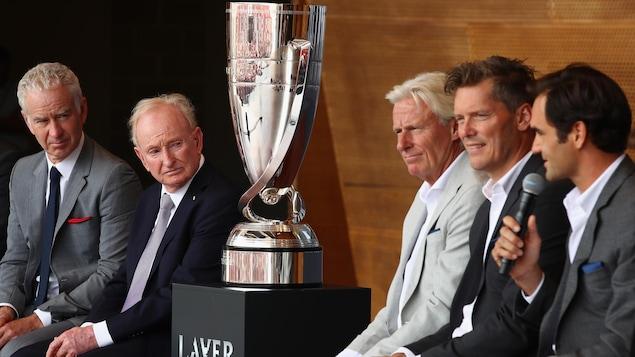 Roger Federer répond à une question lors de la présentation des équipes à Chicago. À gauche du trophée, l'Australien Rod Laver.