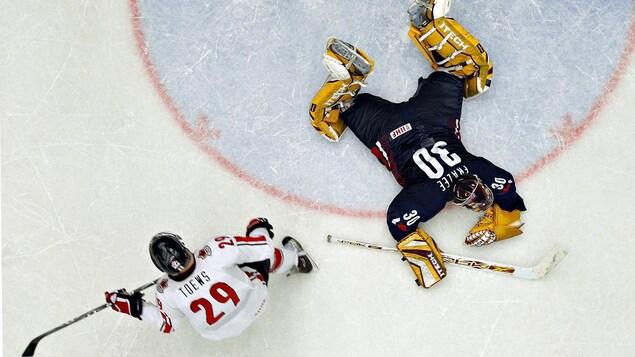 Jonathan Toews, du Canada, déjoue Jeff Frazee, des États-Unis, en demi-finale du Championnat mondial de hockey junior 2007.