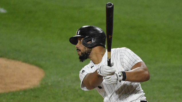 Le joueur de premier but regarde sa frappe pendant un match des White Sox contre les Cubs de Chicago.