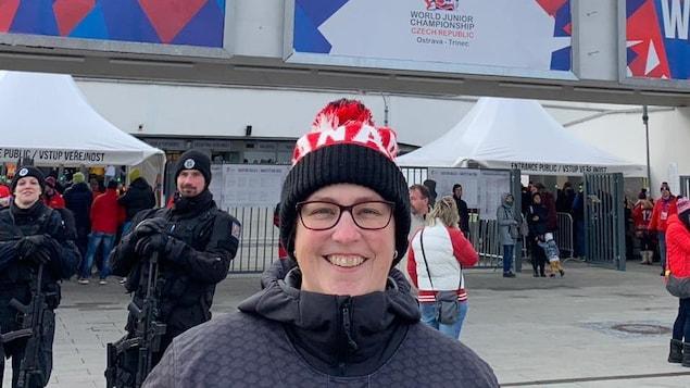 La Rimouskoise Josée Longchamps est à Ostrava, en République tchèque, pour assister avec des amis au Championnat mondial de hockey junior. On la voit devant les guichets de l'organisation.