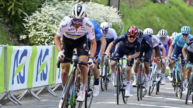 Le cycliste Julian Alaphilippe lors de la montée du mur de Huy pendant la Flèche wallonne.