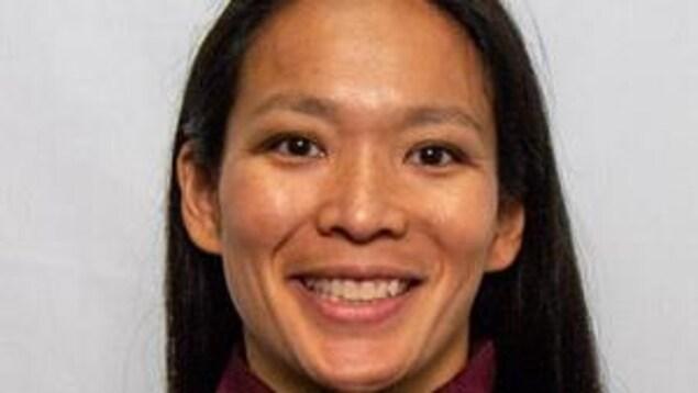 Julie Chu sourit à la caméra.